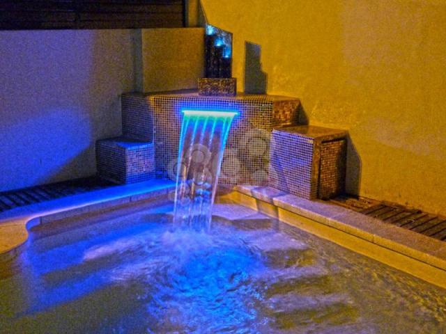 Piscina de obra profesionales y empresas recomendados for Cascadas de piedra para piscinas