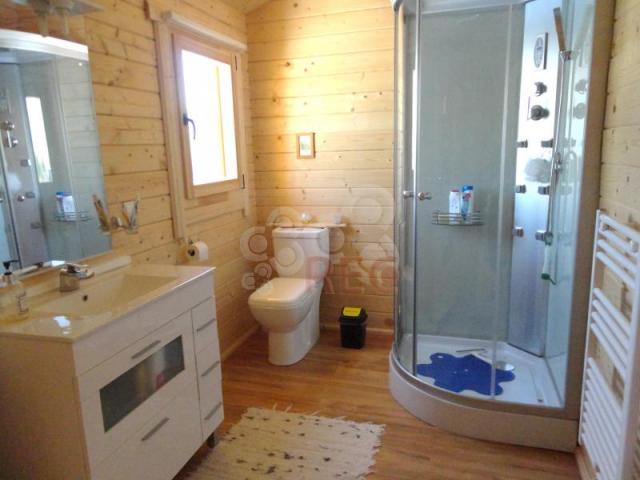 Casa de madera con 3 dormitorios amplia terraza for Modelo de casa x dentro